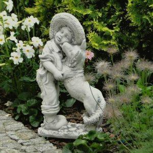 Kisfiú kutyussal kerti szobrocska