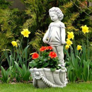 Különleges virágtartó lány