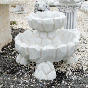 Köztéri csobogó kőből faragott
