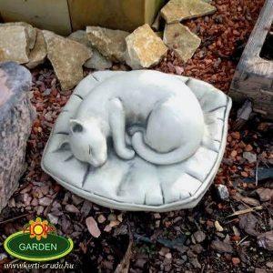 Macska szobor párnán fekvő