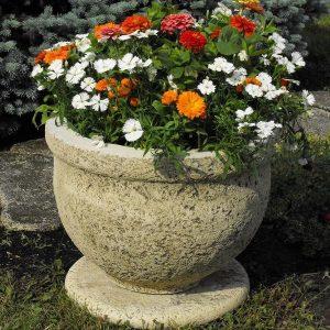 Köztéri virágtartók kőből