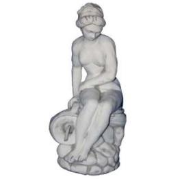 Sziklán ülő korsós vízköpő szobor